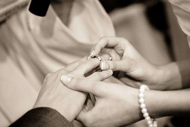 svatba, navlékání prstenu