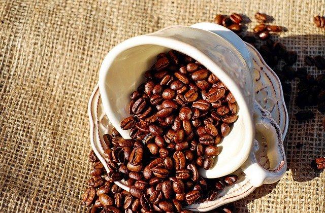 káva, hrneček, zrnka