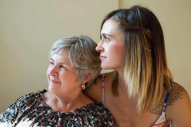 máma a dcera s úsměvem
