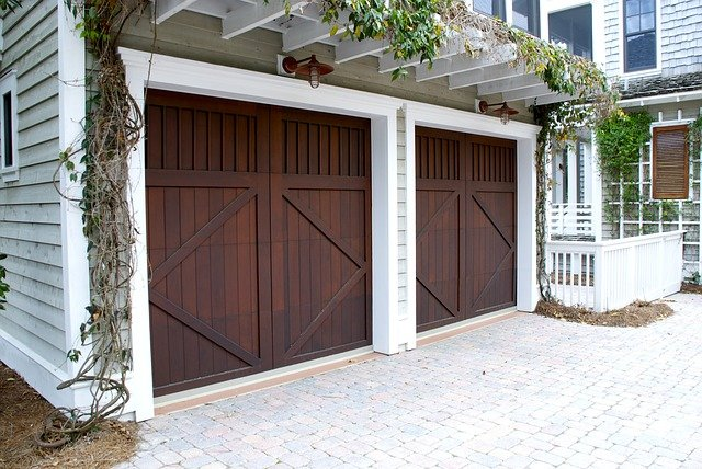 dřevěná garážová vrata