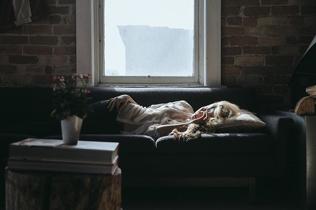 spánek u okna