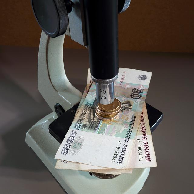 peníze pod mikroskopem