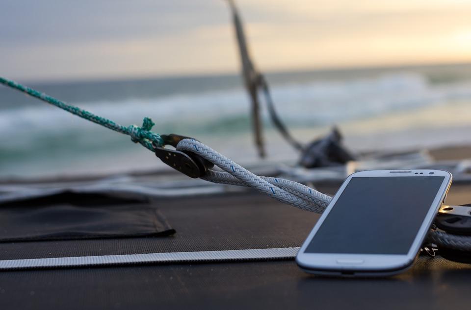 mobil na jachtě